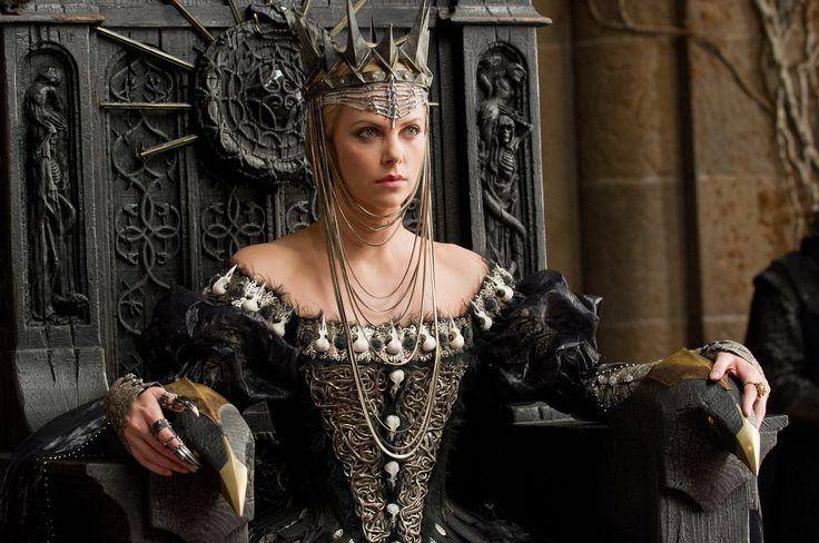 Коллин Этвуд: Белоснежка и охотник (2012) Черный наряд королевы Равенны, украшенный искусственными черепами ворон.
