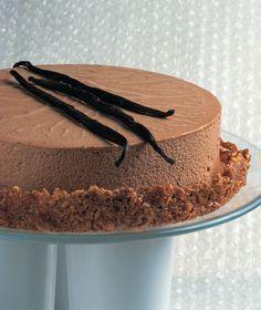 Μια υπέροχη τούρτα χωρίς παντεσπάνι αλλά με μια σκληρή καραμελένια βάση. Και η γέμιση; Απολαυστική σοκολάτα με άρωμα φρέσκιας βανίλιας.