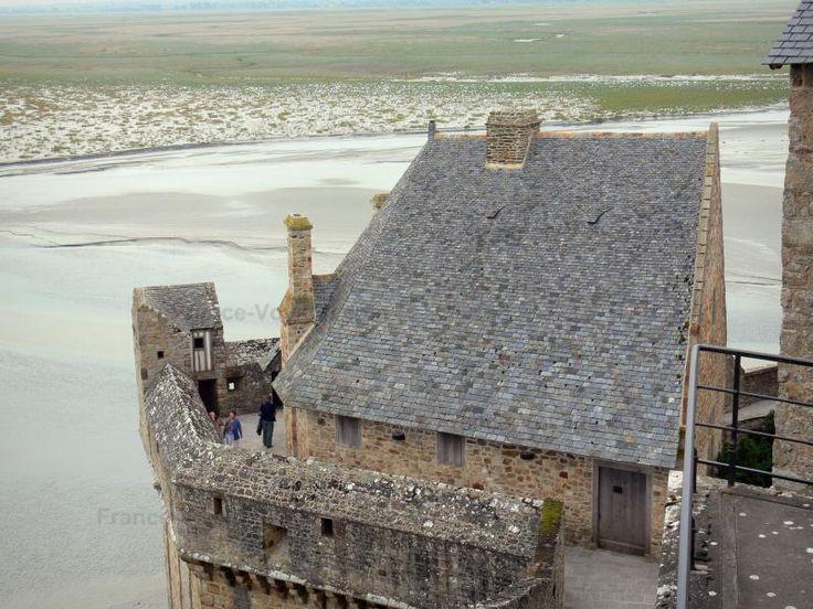 La baie du Mont-Saint-Michel: Mont-Saint-Michel: Maison et remparts de la cité médiévale (village) avec vue sur la baie du Mont-Saint-Michel - France-Voyage.com