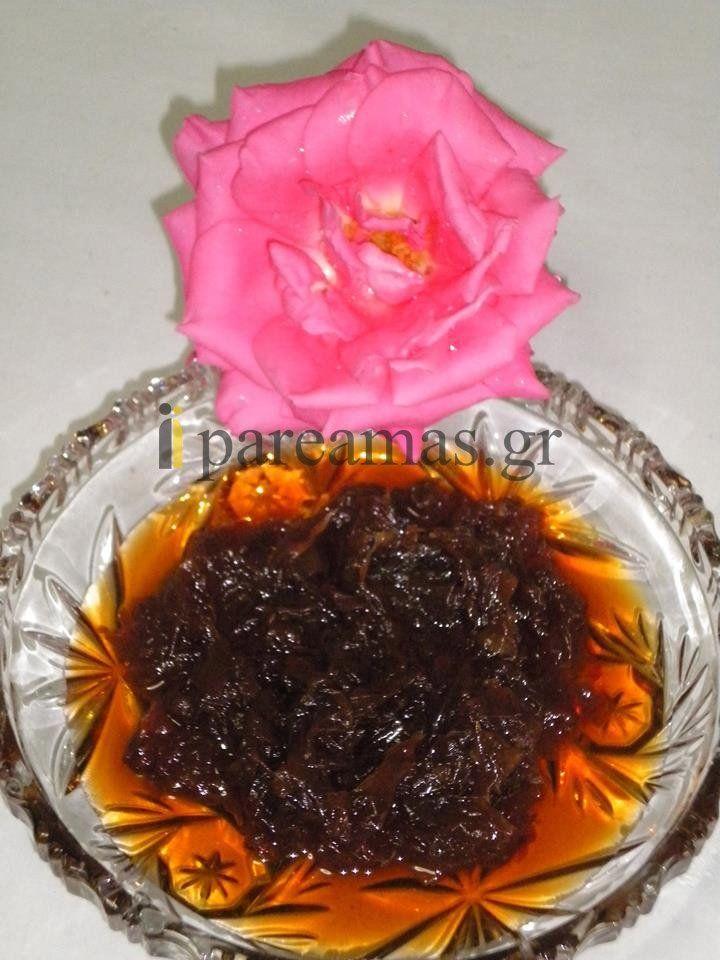 ΥΛΙΚΑ  500 γρ. τριαντάφυλλα καθαρισμένα  1 ½ κιλό ζάχαρη  1 κούπα νερό  2 κουταλιές χυμός λεμονιού ή 1 κουταλάκι ξινό  Συμβουλή: Μόνο τα ροζ μαγιάτικα τριαντάφυλλα είναι κατάλληλα για γλυκό. Τα μαζεύουμε αρχές Μαίου  Διαδικασία  • Από το προηγούμενο βράδυ βάζουμε τα καθαρισμένα φύλλα μ