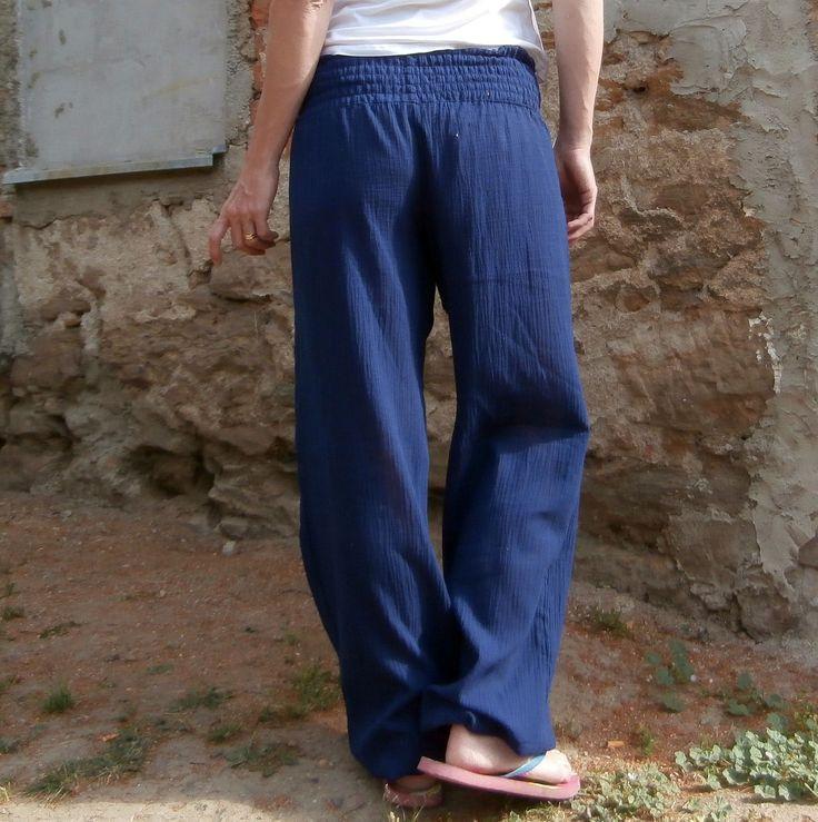 gaťky-žabky jako pírko - více barev v detailu V kalhotách od Lelisy se budete cítit nejen velmi žensky, ale i pohodlně, hravě, zábavně, sportovně. Kalhoty jsou ušity z lehounké, mačkané, bavlněné látky v tmavě modré barvě. Ideální na cesty, dovolenou, jsou univerzální, příjemné, pohodlné.... Pas je tvořen tzv. žabičkováním, které je velmi pohodlné, neškrtí. ...