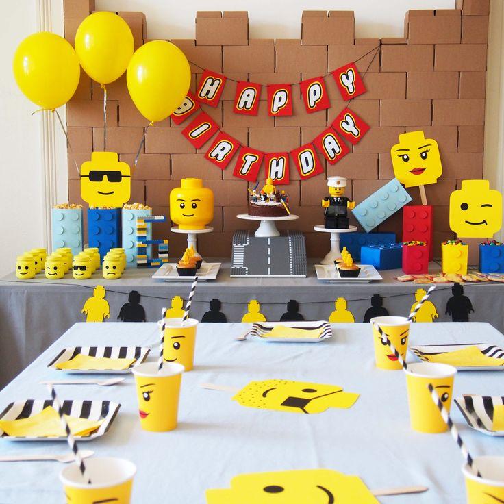 Sweet table réalisée à l'occasion d'un anniversaire sur le thème lego. Idées, printables et vaisselle à retrouver sur www.rosecaramelle.fr/blog/lego-party #lego #party #legoparty #fete #anniversaire #birthday #sweettable #kids