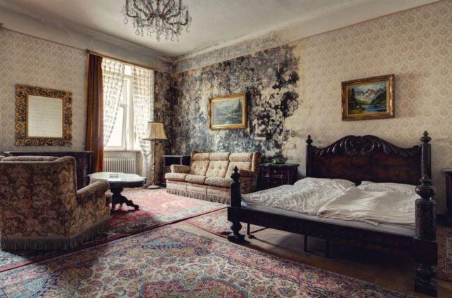 Sängen är bäddad, men frukostmatsalen står tom sedan många år i det här en gång så lyxiga hotellet i Österrike.