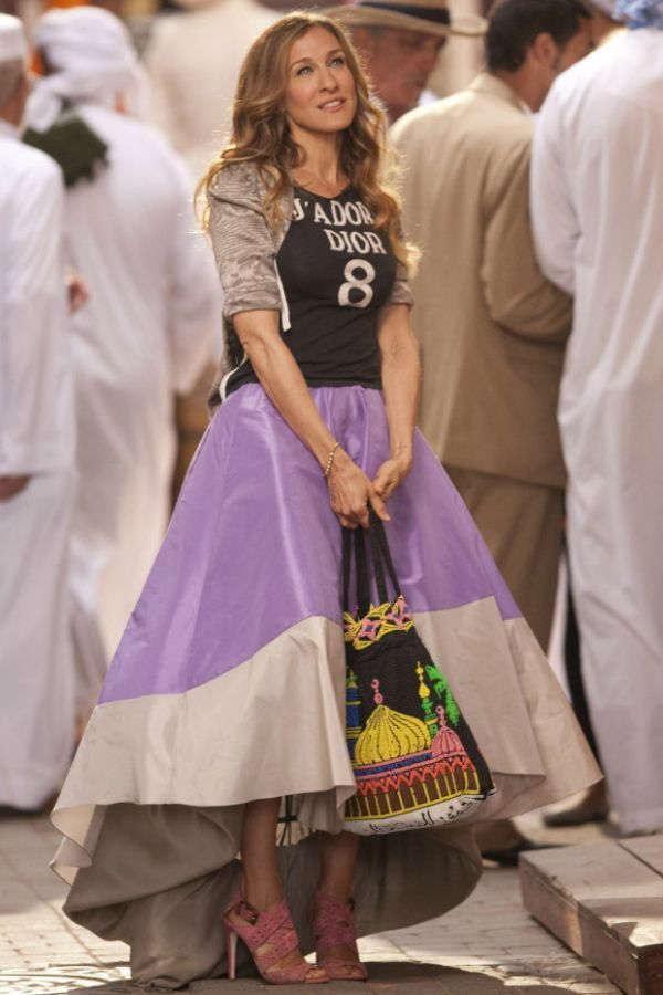 エレガントなスカートと、ヒールに、なんとなくオリエンタルなイメージのあるバッグ、スポーティーなトップスと、3つの要素をMIXしちゃう強気のコーディネート。 キャリー・ブラッドショー