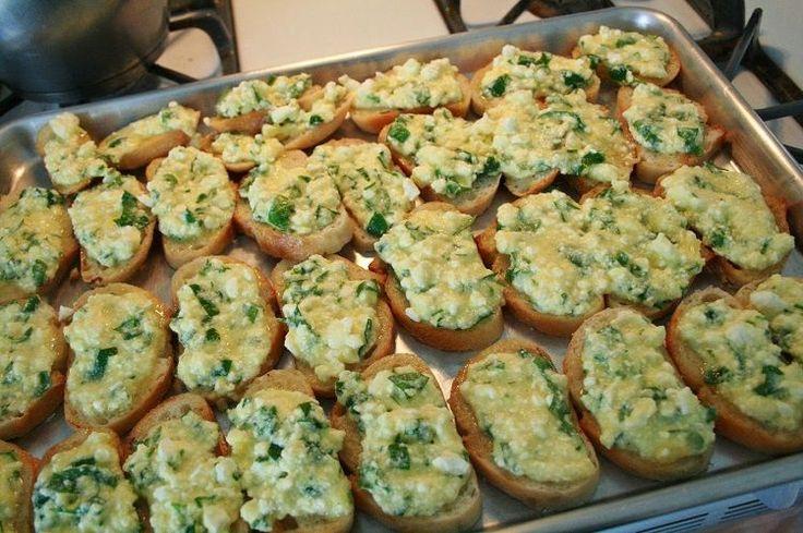 Fırında Yumurtalı Ekmek tarifi 3-4 kişilik olup, tahmini hazırlanış süresi 20 dakikadır. Kolayca hazırlayabileceğiniz Yumurtalı Ekmek kahvaltılarınızın vazgeçilmezi olacak bir tarifti