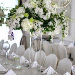Dekoracja sali z białych kwiatów