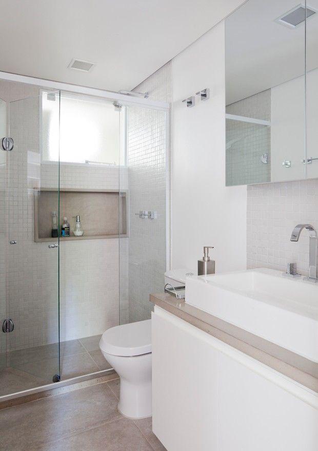 O piso do banheiro é o mesmo utilizado na cozinha, porcelanato com aparência de concreto, para dar uniformidade aos espaços.…                                                                                                                                                                                 Mais