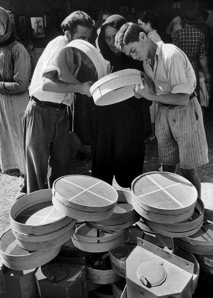 DAVID SEYMOUR  ΑΡΧΑΙΑ ΟΛΥΜΠΙΑ - 1951 - ΔΙΑΛΕΓΟΝΤΑΣ ΚΟΣΚΙΝΟ ΣΤΗΝ ΑΓΟΡΑ