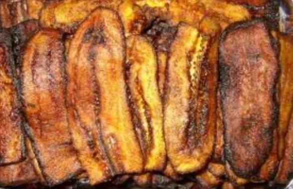 Gebakken banaan is een eenvoudig bijgerecht die vaak bij diverse surinaamse gerechten wordt geserveerd. Benodigdheden: - Twee rijpe bakbananen - Bak olie (zonnebloem of olijfolie) Bereiding: Schil de bakbananen en snij beide bakbananen eerst in de helft en vervolgens in de lengte, mooie dunne plakken snijden. Verhit in de tussentijd de zonnebloem of olijfolie in…