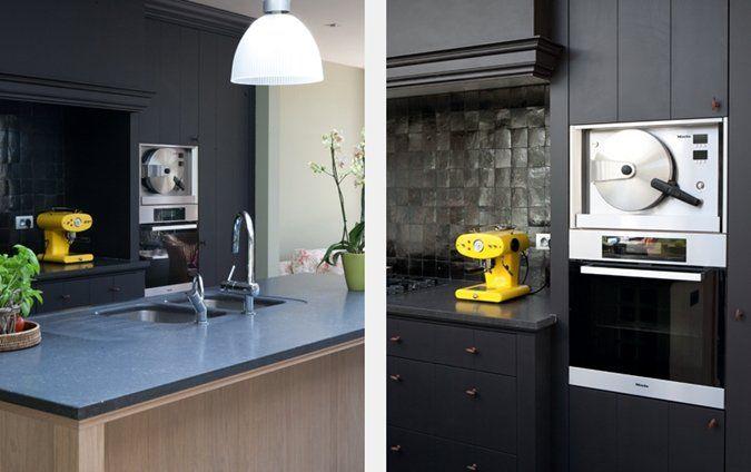 Zwart in de keuken doet denken aan luxe. De zwarte, matte keukenkastjes samen met de gladde Marokkaanse tegeltjes op de achterwand geven de keuken een speels effect. De gekleurde elementen (zoals de Espresso machine) brengen warmte in de keuken. Doordat er voldoende licht is, voelt deze zwarte keuken trouwens niet zwaar aan...