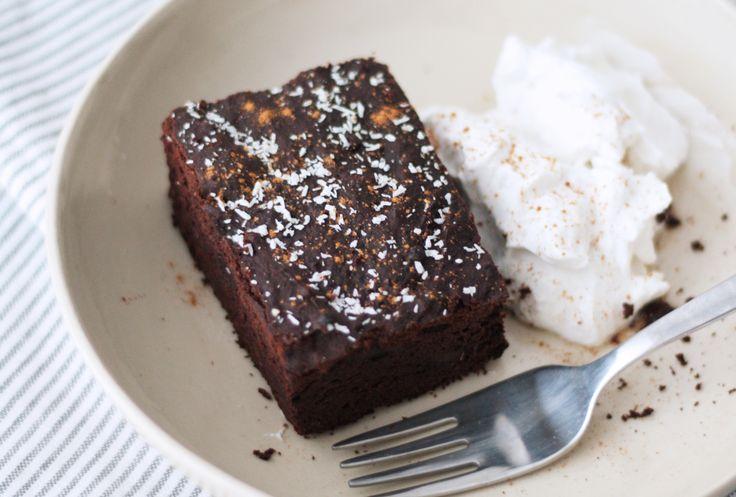 Deze zwarte bonen brownies zijn ontzettend makkelijk om zelf te maken. Glutenvrij, eiwitrijk en vezelrijk. Heerlijk met zuivelvrije kokosslagroom!