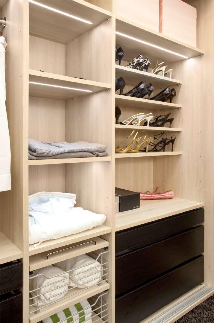 Monikäyttöinen ja valaistu hyllyjärjestelmä auttaa pitämään tavarat ja vaatteet järjestyksessä ja helposti saatavilla. Klikkaa kuvaa, niin näet tarkemmat tiedot!