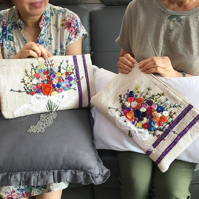 -2016/09/15 해피 추석 월요자수모임 두분의 햄프린넨 클러치 만들고 행복해하셔서 저도 기쁨니다 남은 휴일들 잘보내시고 월요일에 뵐께요~ . . . . . By Alley's home #embroidery#knitting#crochet#crossstitch#handmade#homedecor#needlework#antique#vintage#pottery#flower##ribbonembroidery#quilt#프랑스자수#진해프랑스자수#창원프랑스자수#리본자수#프랑스자수스티치북#자수파우치#자수티매트#자수티코지#자수브로치#자수코사지#진해이동앨리홈#자수소품#손자수#진해창원자수수업#햄프린넨클러치백#꽃다발자수
