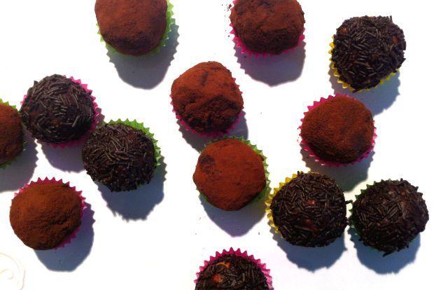 Στο σπίτι μας το λέγαμε σαλάμι, αλλού το βρήκα ως μωσαϊκό ή κορμό. Δεν έχει σημασία το όνομα αλλά η ουσία: μπισκότο-σοκολάτα-βούτυρο γίνονται μικρά μπαλάκια και τυλίγονται σε κακάο, σοκολάτα ή ό,τι άλλο σχετικό υπάρχει πρόχειρο στο σπίτι.