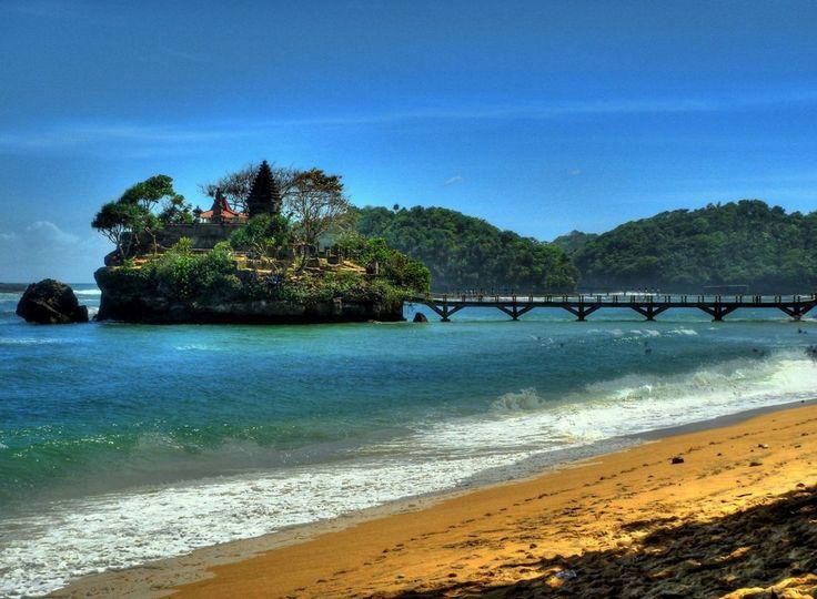 PAYS DU JOUR : #java En Indonésie, sur la plage de Balekambang située sur la cote sud de Malang (sud-est de Java) découvrez le féérique temple hindou qui se trouve sur un rocher flottant dans l'océan Indien. @OTourDuMonde