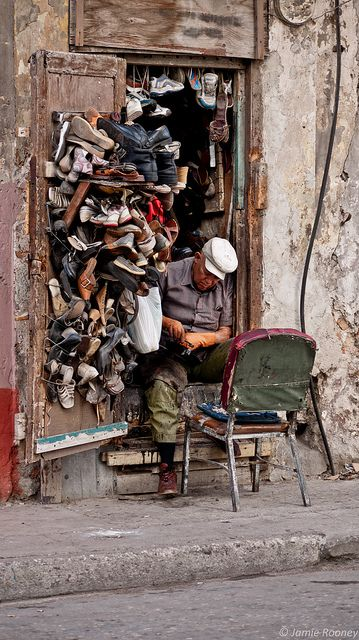 Zapatero en La Habana, 2014. Shoe Repair shop in Havana, Cuba.