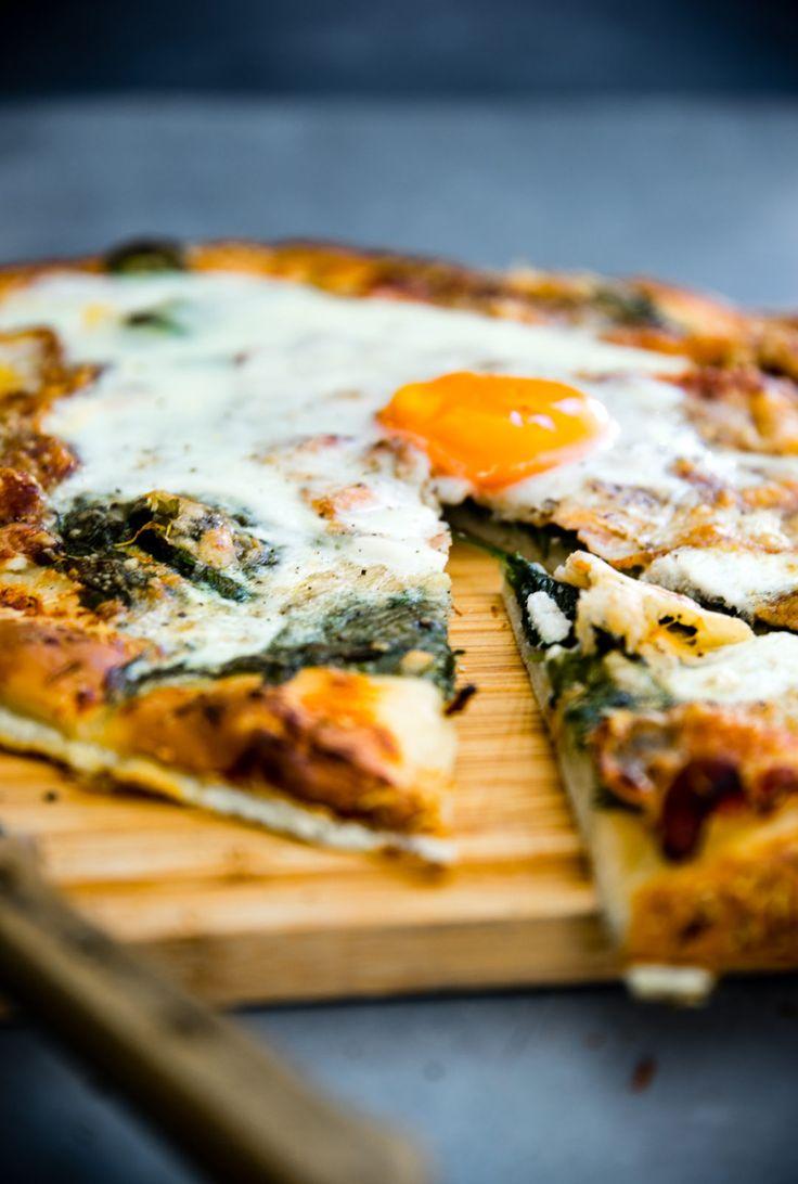 Brett, Pizza, Spiegelei, Spinat, Speck, geschmolzener Käse
