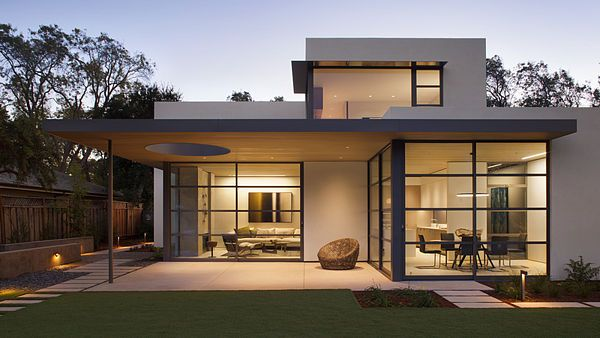 Dům díky svým oknům vzdáleně připomíná starobylé lucerny.
