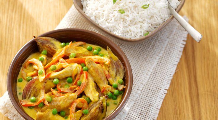 Romige kipkerrie met doperwtjes en witte rijst