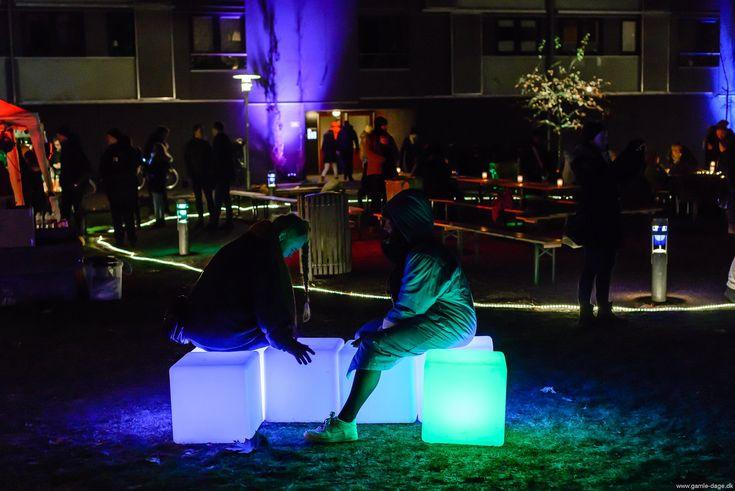 Lysfest? hvad er det nu for noget?  Jo, som der står skrevet i arrangørernes program på facebook:  Igen i år skruer vi op for lys og liv på Amager på en af årets mørkeste dage. Denne gang sætter vi spot på området omkring Hørgården og Signalgården. Lyskunstnere sætter lys på facader og træer – og ildgøglere, musikere og installationer sætter stemningen i området... #Lysfest
