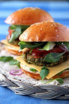Wegetariańskie burgery z tego przepisu są po prostu rewelacyjne! Kotleciki z cieciorki były hitem na naszej imprezie. Świetne danie dla wegetarian.