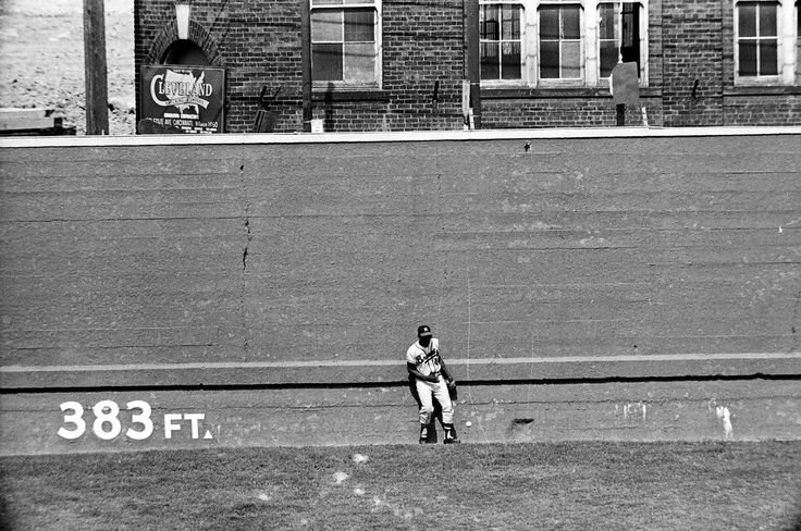 1962 at Crosley Field: A dejected Hank Aaron at the wall after a home run by Frank Robinson.