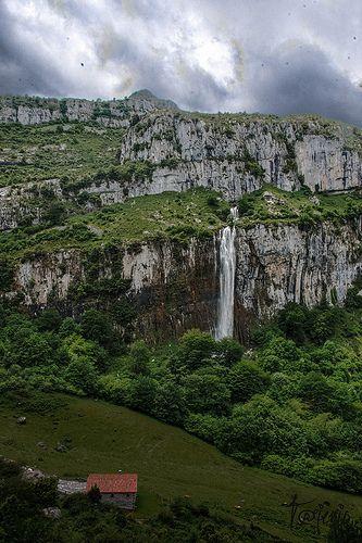 Nacimiento del Asón, peña de Azalagua, Soba, Cantabria, España*