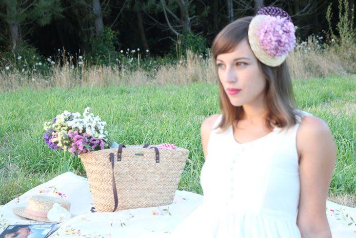 Tocado de hortensias naturales preservadas en color rosa violáceo colocadas sobre una base de paja natural y adornadas con velo en el mismo tono. Puede sujetarse con diadema, pinza o peineta.