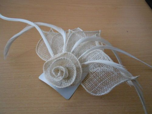 IVORY SINAMAY FLOWER &FEATHER FASCINATOR ON CLIP & PIN FOR HAIR /CORSARGE