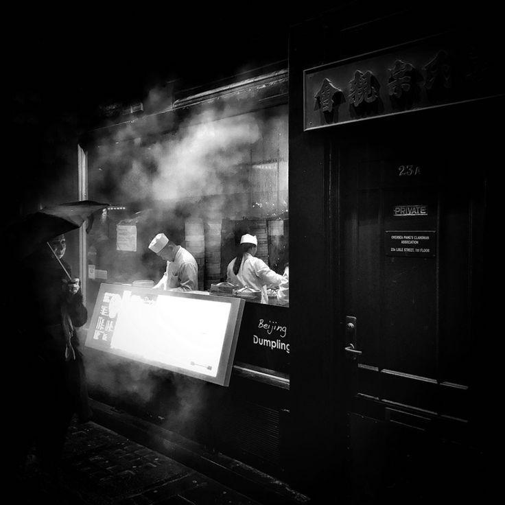 Darren Boyd, Londra, Regno Unito La foto è stata scattata il 29 gennaio 2017 nella China Town di Londra, durante i festeggiamenti del capodanno cinese  (iPhone Photography Awards)  Le foto vincitrici degli iPhone Photography Awards 2017 - Il Post