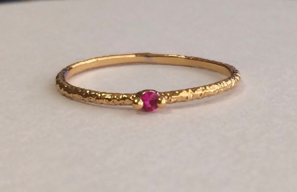 繊細に作られたミル模様の指輪に、czルビーを1石セッティングした繊細で華奢なリングです。一周全てに細工と、czルビーを丁寧に一石セッティングしてあるので、繊細...|ハンドメイド、手作り、手仕事品の通販・販売・購入ならCreema。