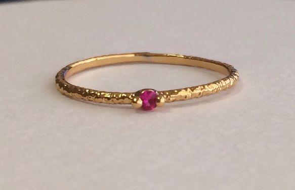繊細に作られたミル模様の指輪に、czルビーを1石セッティングした繊細で華奢なリングです。一周全てに細工と、czルビーを丁寧に一石セッティングしてあるので、繊細... ハンドメイド、手作り、手仕事品の通販・販売・購入ならCreema。