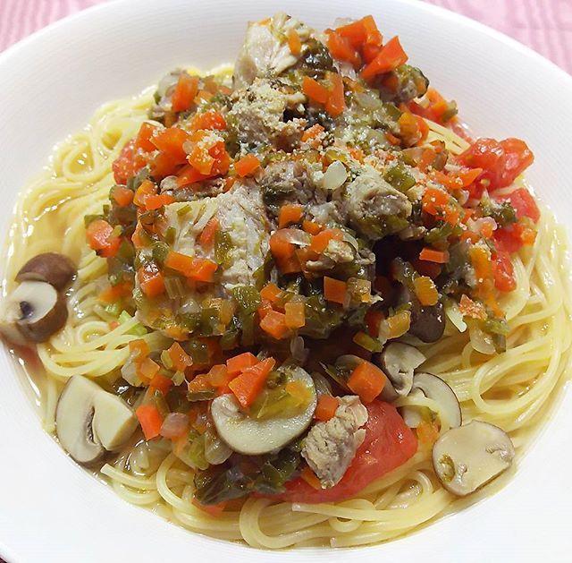 #豚バラ野菜煮込み ~ #ラグーソース のパスタ ・豚バラ塊肉と #香味野菜 の #煮込み ・今日は湯剥きしたフレッシュトマトとパスタ麺を合わせ、ラグーソースを上からかけたタイプ ・フレッシュトマトの甘み、酸味が良いアクセントに😋😋🎵 #instapasta #pasta #todaypasta #ragusauce #freshtomato #instacook #mycooking #myrecipe #クッキングラム