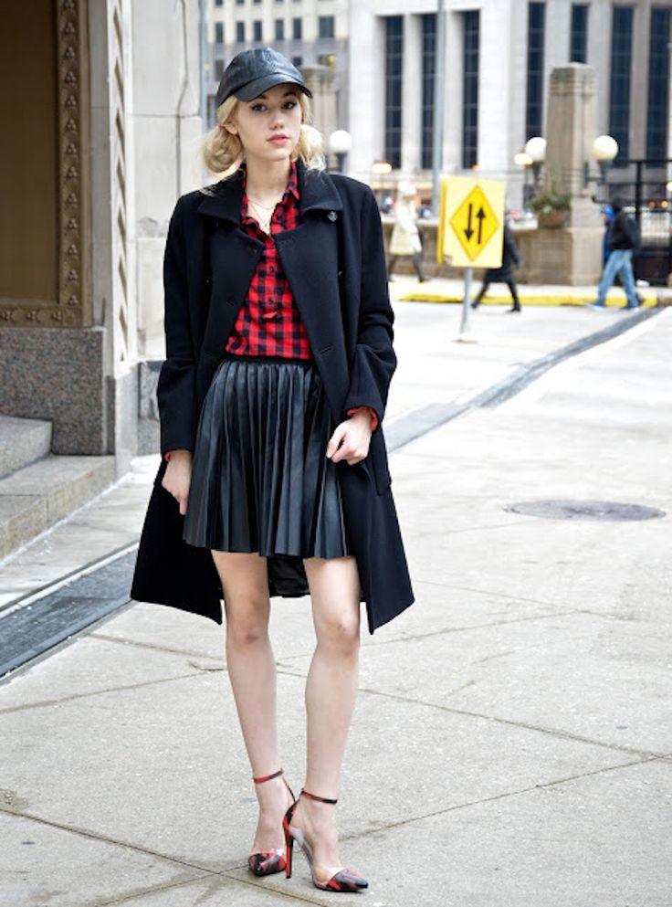 Boné: veja como usar esse acessório no dia a dia e garantir looks incríveis | We Fashion Trends | Boné feminino, Saia de couro plissada, Looks