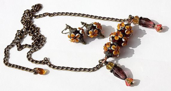 """Parure bronze avec collier et boucles d'oreilles assorties oranges en lampwork ornées de fleurs en relief : """"Orangelle"""""""