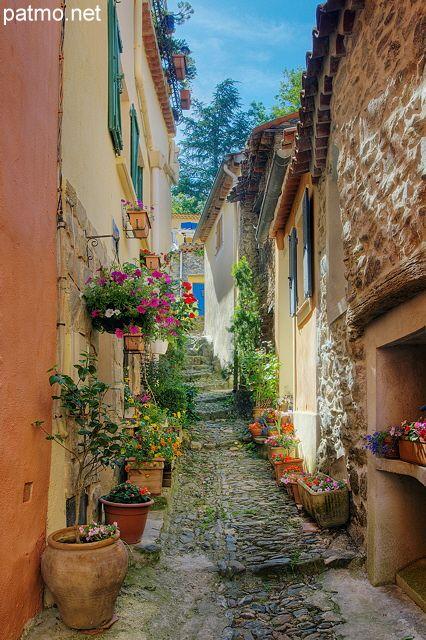 Ruelle étroite et colorée dans le village de Collobrières - Massif des Maures