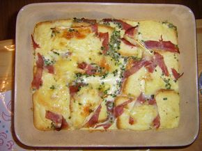 Pain perdu montagnard 100 g de pain 100 g de reblochon 80 g de jambon blanc 30 g de beurre 3 œufs 50 cl de lait ciboulette marjolaine sel, poivre