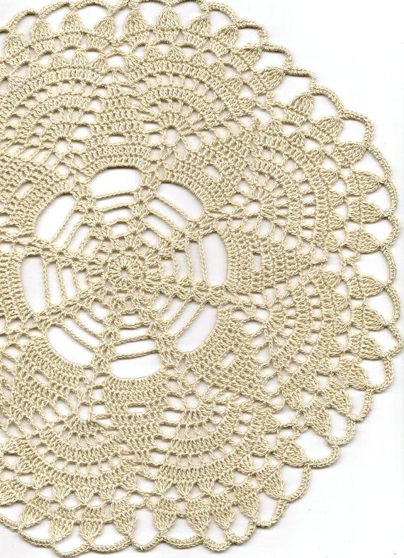 Hermoso tapete, hecho de crochet crudo algodón del ganchillo de la mano. Diámetro de 12(31cm). Adorable decoración en su hogar, se ven muy bien en