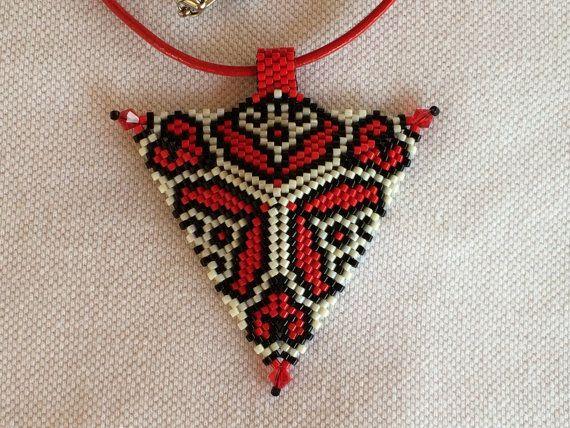 Peyote triangle pendant redblack and white by NokedliGizibeads on etsy.com