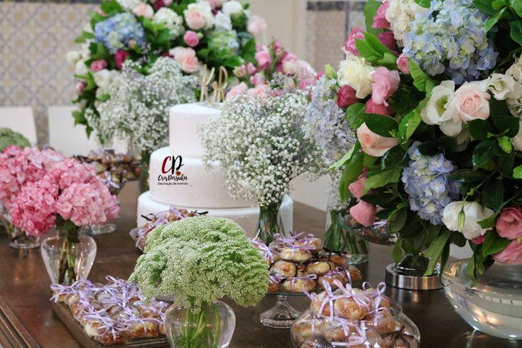 Mesa de bolo e doces para casamento