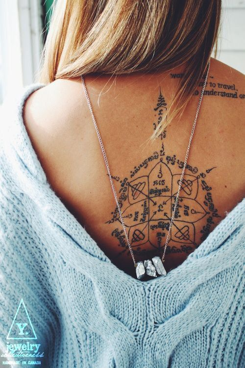 Un tatouage thai dans le dos, une invitation au voyage