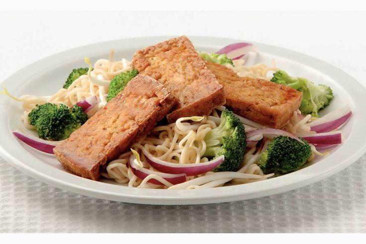 Kijk wat een lekker recept ik heb gevonden op Allerhande! Krokante tofu met Thaise noedelsalade