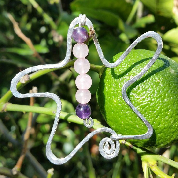 Ciondolo in argento battuto quarzo rosa e ametista #cristalloterapia #crystaltherapy #handmadejewels #Silverjewelry #energystone #wirewrappedjewelry