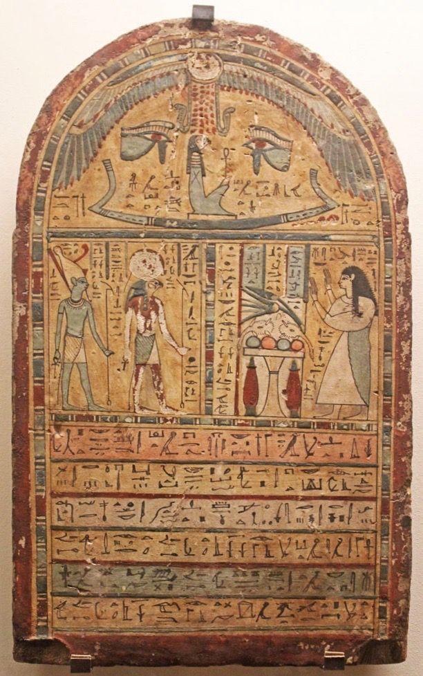 Stèle funéraire. Soleil, uræus (cobra), œil oudjat, la défunte dans la barque funéraire