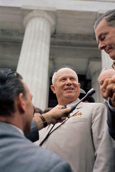 Sovjetleider Nikita Chroestsjov op bezoek in Tsjechoslowakije. Net als Dubcek was de van zeer eenvoudige afkomst komende Chroestsjov hervormingsgezind, en de twee konden het ook heel goed met elkaar vinden, er ontstond een oprechte vriendschap tussen de politieke zwaargewichten. In 1964 werd Chroestsjov echter door de conservatieve vleugel van zijn eigen Communistische Partij afgezet, Chroestsjov werd op huisarrest gezet, maar hij en Dubcek bleven communiceren met elkaar via brief.