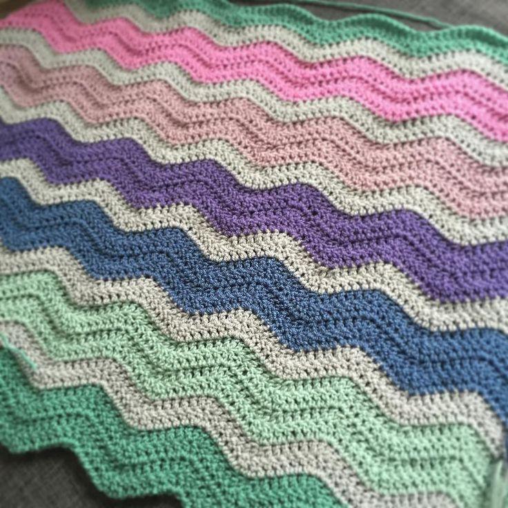 #rippleblanket #crochet #crochetblanket #crochetersofinstagram #häkelnmachtglücklich #häkeldecke #waves #wellendecke #stylecraft #stylecraftspecialdk #babyblanket #babydecke #onmyhook by sunshineyalex