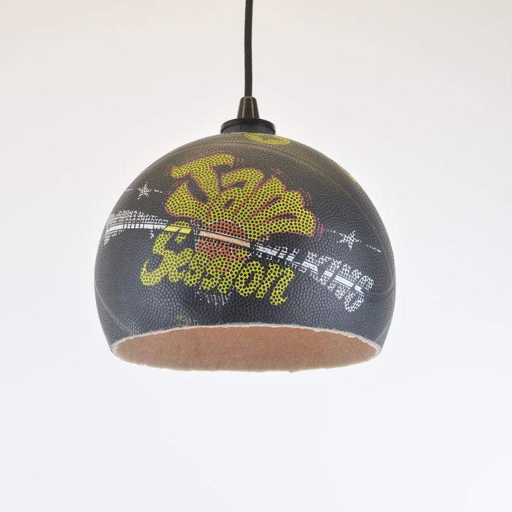 Upcycling Basketball Lampe Das perfekte Geschenk nicht nur für Basketball Fans! Unsere Basketball-Lampen werden aus alten, original bespielten Basketbällen gefertigt. Jede Basketball-Lampe ist handgearbeitet und somit ein absolutes Unikat. Die Innenseite der Basketball-Lampe ist gesandet und gibt dem Basketball dadurch seine stabile Form.