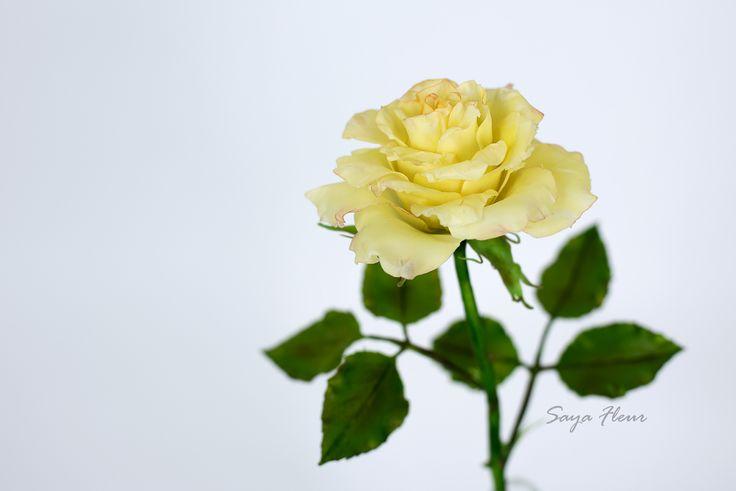 Роза лимонного цвета из глины