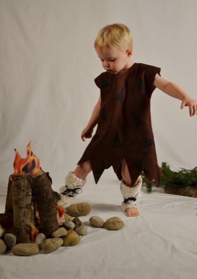 *Kostüm ist versandfertig und wird sofort nach Zahlungseingang verschickt!* :-) Kleines Steinzeitkostüm für Kinder! Zackenkleid aus warmen braunen Fleece und Fellstulpen mit...