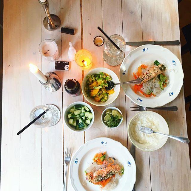 Middagstips 🌟🌟 Glasnudelsallad med sesam lax, mango salsa, koriander, teriyaki och en fetakräm 😍 Kolla in min hemsida för recept 😋 Link i bio 😇🙏 glasnudlar sallad nudlar